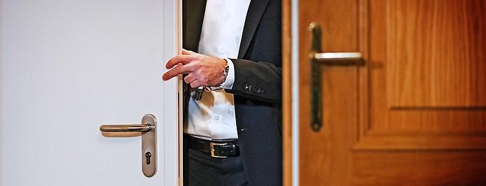 Person tritt aus dem Untersuchungsausschusslokal 7 BVT-U-Ausschuss