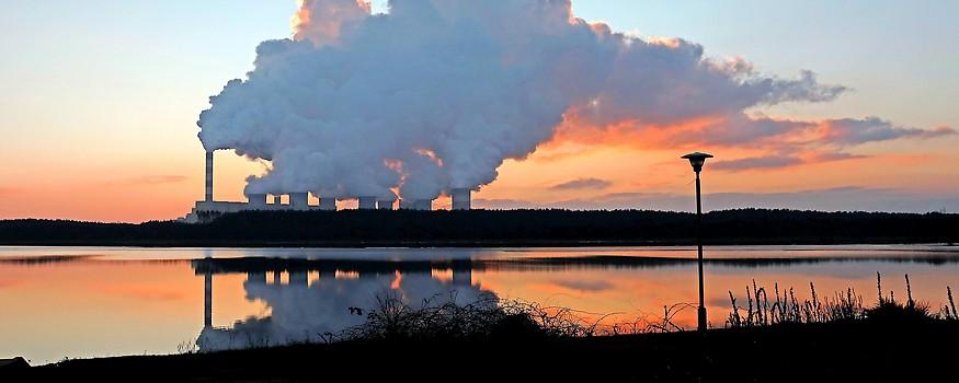Rauch aus den Schornsteinen eines Kohlekraftwerks