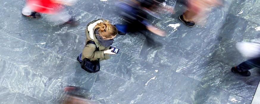 Frau am Smartphone