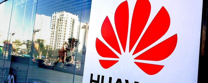 Huawei Logo auf einem Gebäude