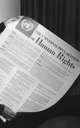 Eleanor Roosevelt hält einen Ausdruck der Menschenrechtsdeklaration im Jahr 1949 in Händen