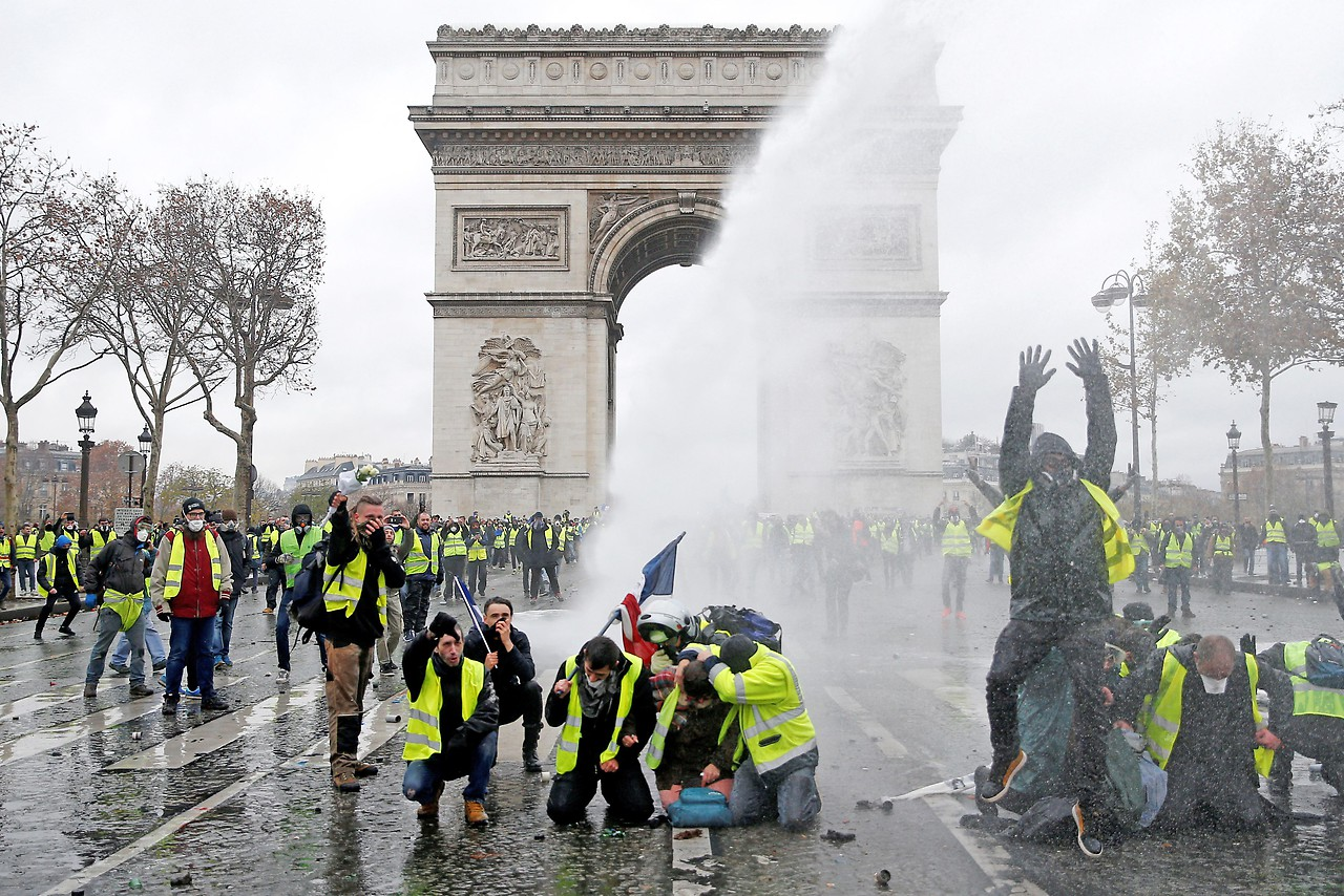 Protestierende vor dem Arc de Triomphe in Paris