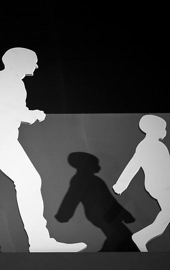 Installation zeigt gehende Menschen am Konferenzgelände in Marrakesch