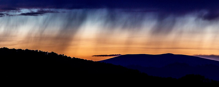 Regenwolke im Sonnenuntergang