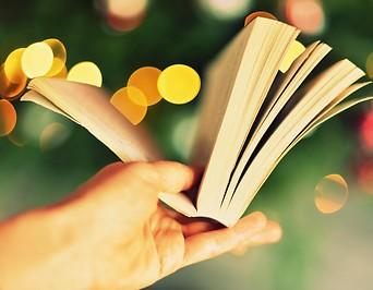 Hand hält Buch