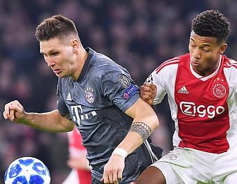 Niklas Suele (Bayern) und David Neres (Ajax)