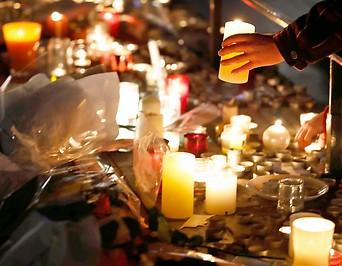Blumen zum Gendenken am Ort des Anschlags
