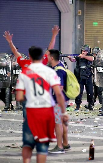 Polizisten auf der Straße in Bueonos Aires