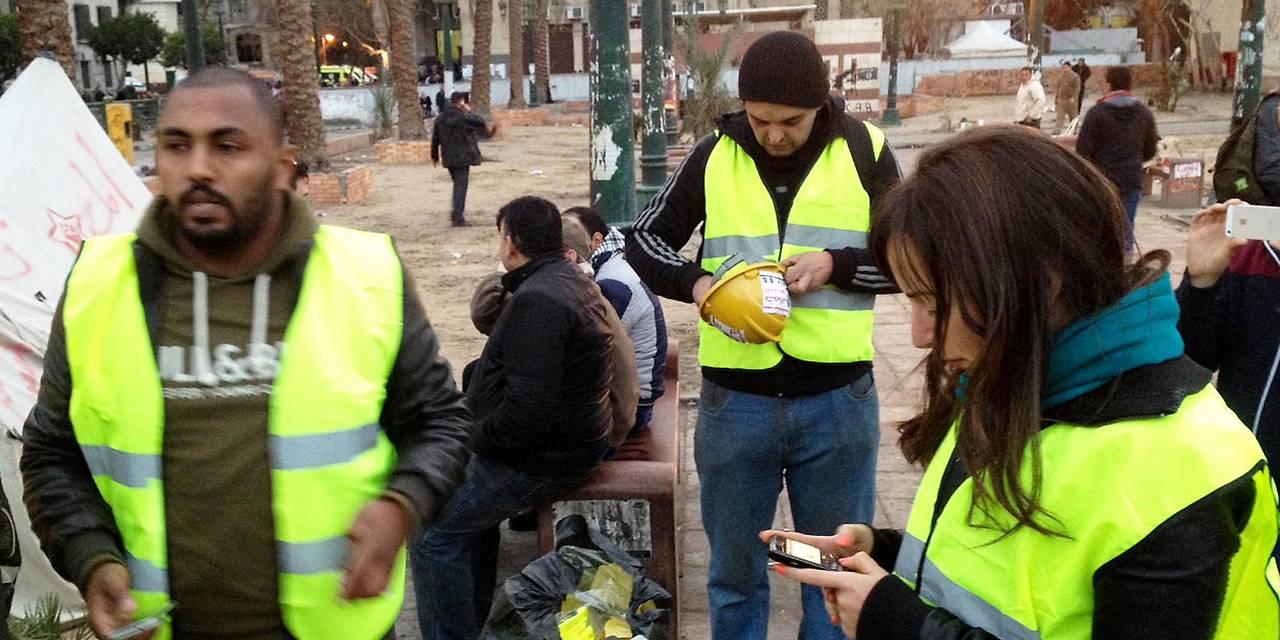 Ägypter tragen gelbe Westen in Kairo