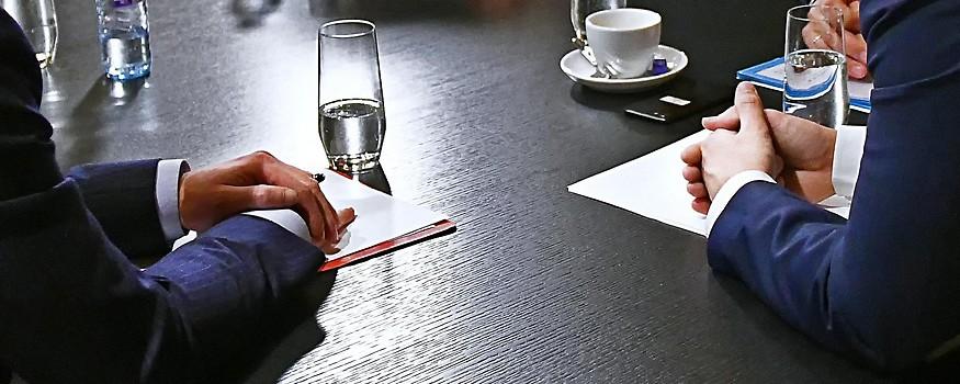 Hände von Politikern auf einem Tisch