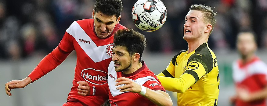 Düsseldorfs Marcin Kaminski und Matthias Zimmermann gegen Dortmunds Jacob Bruun Larsen