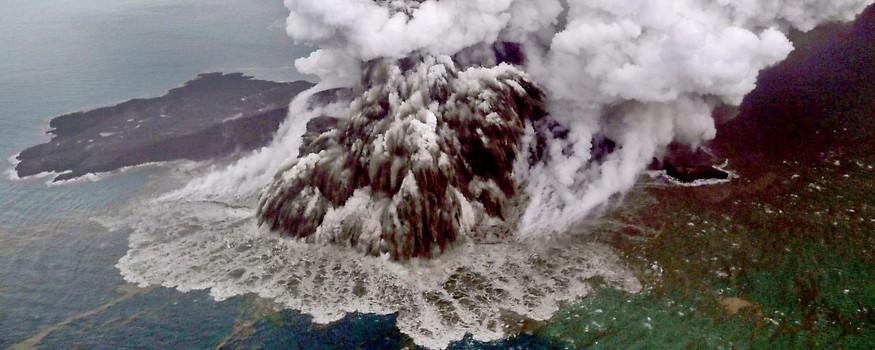 Luftaufnahme des ausbrechenden Vulkans Anak Krakatau
