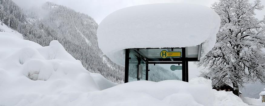Wartehäuschen einer Bushaltestelle mit Schneehaube in Untertauern
