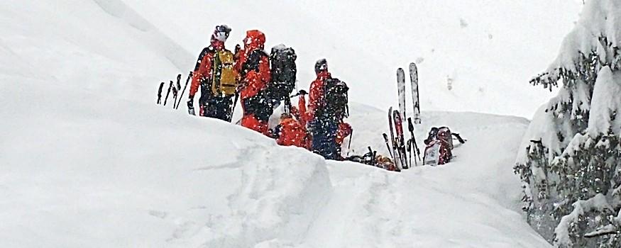 Bergretter suchen nach Lawinenopfer im Schnee
