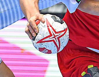 Eine Hand hält einen Handball