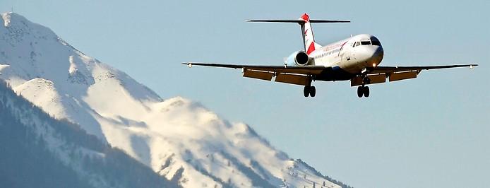 Flugzeug beim Landenanflug zum Flughafen Innsbruck