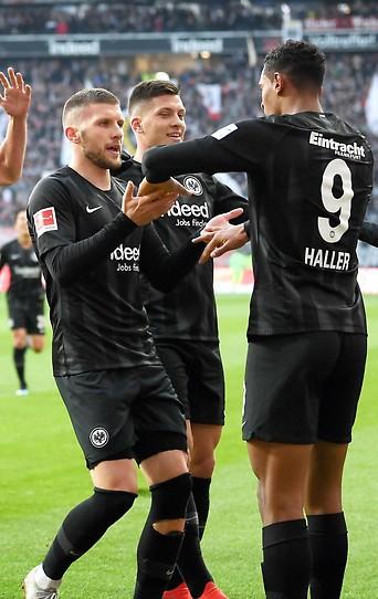Sebastien Haller (Eintracht) jubelt mit Mitspielern
