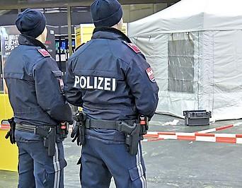 Polizisten am Tatort der Messerattacke am Wiener Hauptbahnhof