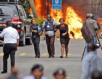 Menschen vor brennenden Autos