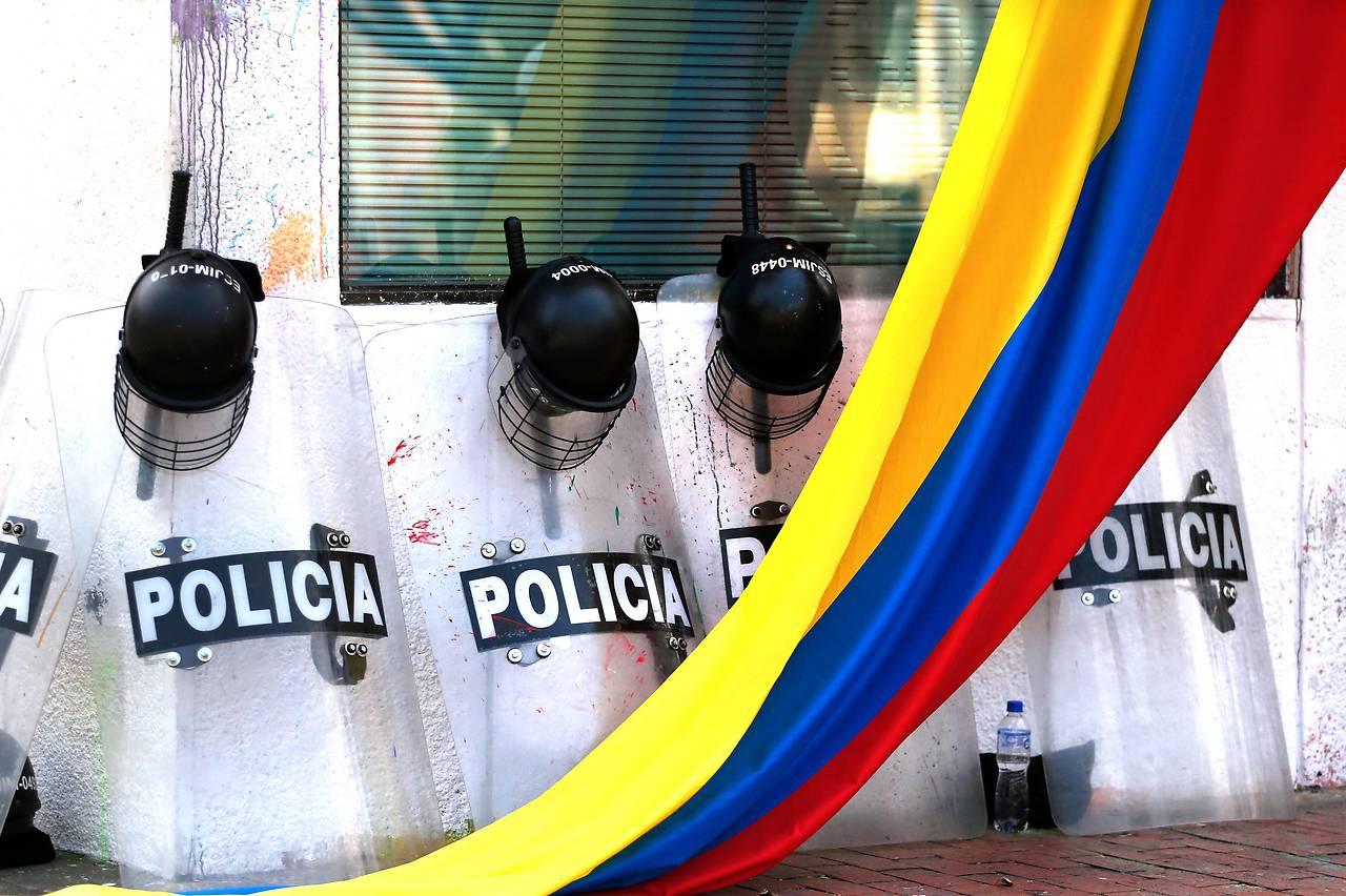 Kolumbische Flagge vor Ausrüstung der Polizei