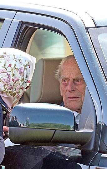 Prinz Philip am Steuer eines Autos im Gespräch mit der Queen