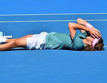 Der griechische Tennisspieler Stefanos Tsitsipas liegt bei den Australian Open jubelnd am Boden