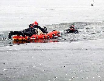 Rettungskräfte auf der Alten Donau