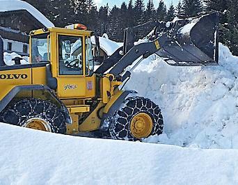 Ein Bagger beseitigt Schnee