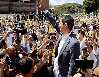 Juan Guaido spricht vor tausenden Freiwilligen