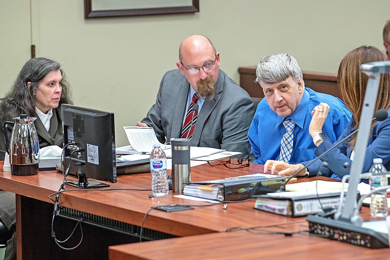 Louise und David Turpin mit Anwälten vor Gericht