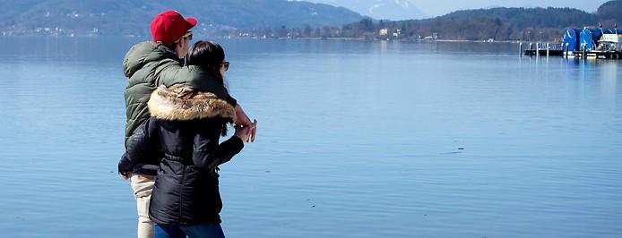 Paar spaziert auf der Uferpromenade am Wörthersee entlang