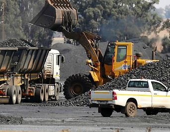 LKW wird mit Kohle beladen