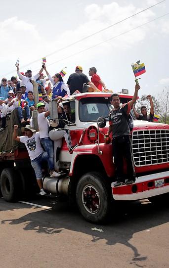 Lastwagen mit Hilfsgütern nahe der Grenze