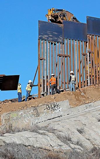 Arbeiter montieren in der Nähe von Tijuana (Mexiko) einen Teil der US-Grenzmauer