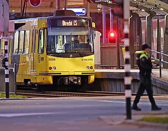 Nachtaufnahme der Straßenbahn in Utrecht, in der drei Menschen ermordet wurden