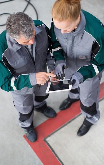 Zwei Arbeiter mit einem Tablet in der Hand