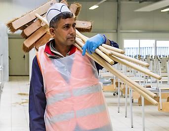 Flüchtling beim Putzdienst in seiner Unterkunft