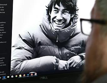 Eine Person liest das Statement der Eltern auf der Homepage des Tiroler Alpinisten David Lama