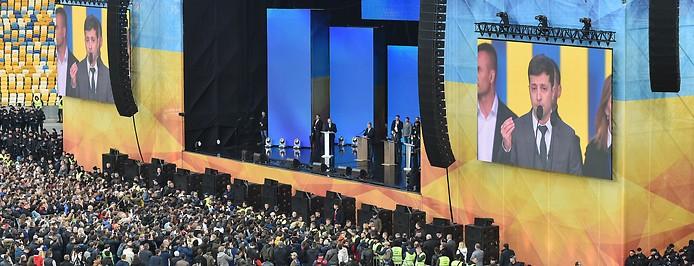 Ukrainischer Präsident Petro Poroschenko und der Komiker Wolodymyr Selenski im Olympiastadion in Kiew