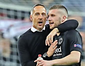 Frankfurt-Trainer Adi Hütter umarmt Spieler Ante Rebic