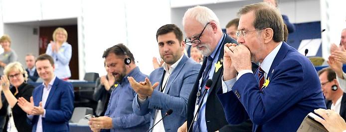 Lojze Peterle spielt die Europahymne mit einer Mundharmonika