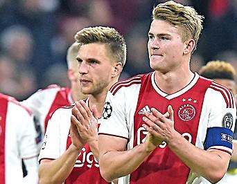 Applaudierende Spieler von Ajax Amsterdam