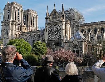 Menschen fotografieren die Notre-Dame
