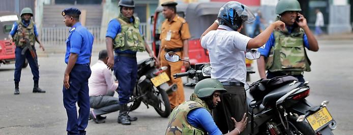 Militär überprüft einen Motorradfahrer