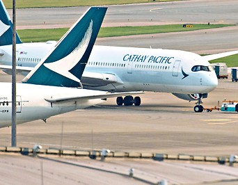 Zwei Flugzeuge der Airline Cathay Pacific Airways