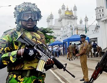 Soldaten vor Moschee