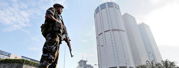 Soldat vor einem Hochhaus in Colombo