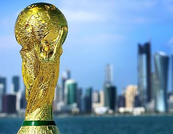 WM Pokal vor der Skyline von Katar