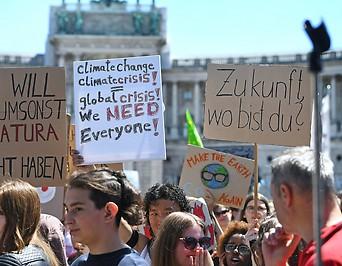 Schüler demonstrieren am Heldenplatz