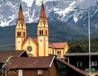 Blick auf die Pfarramtskirche in Telfs